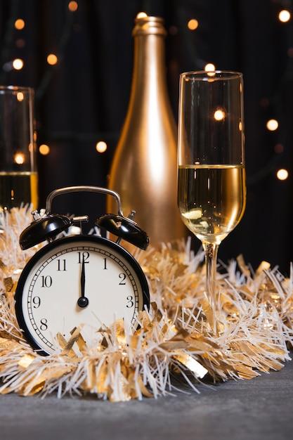 Вид спереди на шампанское, приготовленное к новому году Бесплатные Фотографии