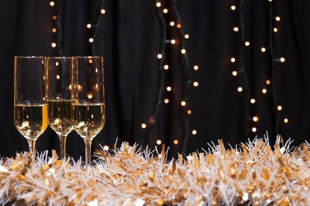 新年のシャンパン付きサイドビューグラス 無料写真