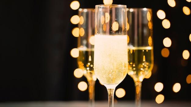 新年会のためのシャンパン付きフロントビューグラス 無料写真