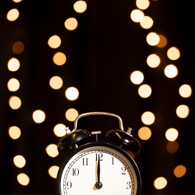 新年の夜に黄金色のライト付き時計 無料写真