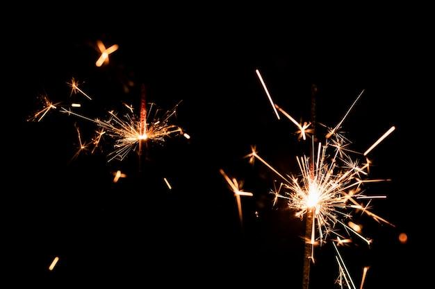 Низкий угол много фейерверков на небе Бесплатные Фотографии