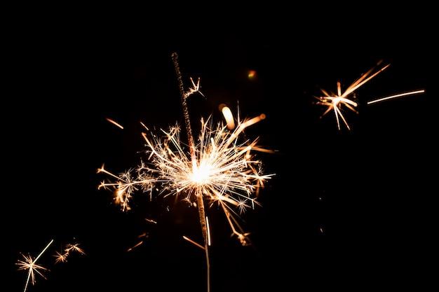 Низкий угол новогодней вечеринки с фейерверком Бесплатные Фотографии