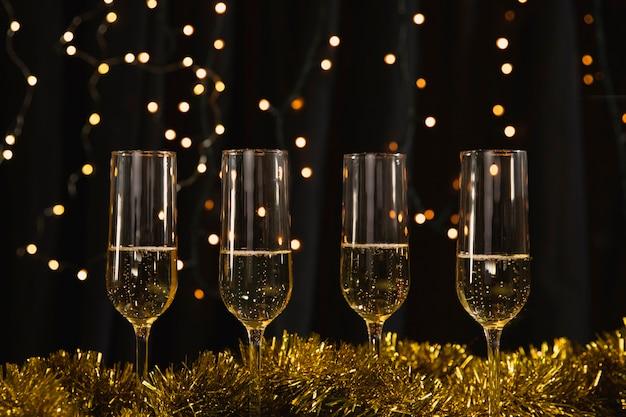 Бокалы с шампанским на столе Бесплатные Фотографии