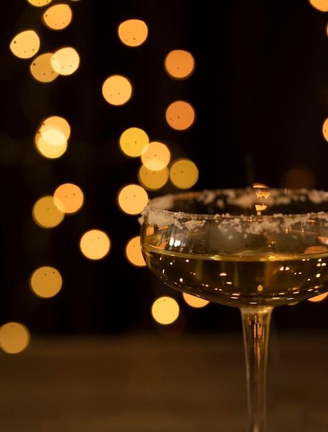 シャンパン付きサイドビューグラス 無料写真