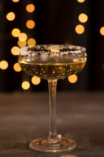 Низкий угол стекла с шампанским в новогоднюю ночь Бесплатные Фотографии