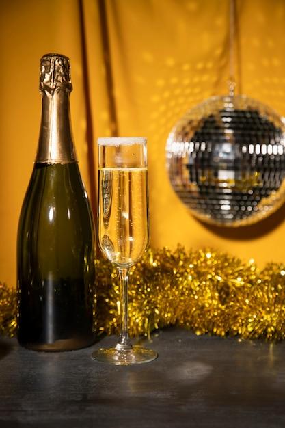 テーブルの上のシャンパンとローアングルボトル 無料写真