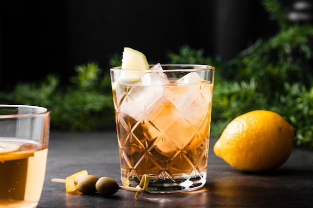 レモンとさわやかなドリンクをクローズアップ 無料写真