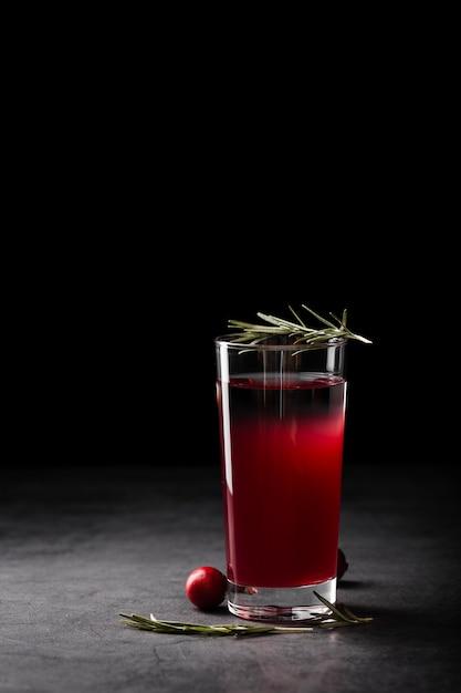 暗い背景にさわやかな飲料 無料写真