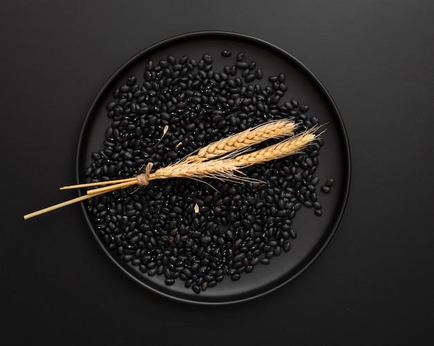 黒い背景に豆と暗いプレート 無料写真