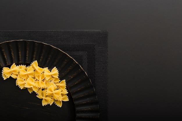 Темная тарелка с макаронами на темной ткани Бесплатные Фотографии