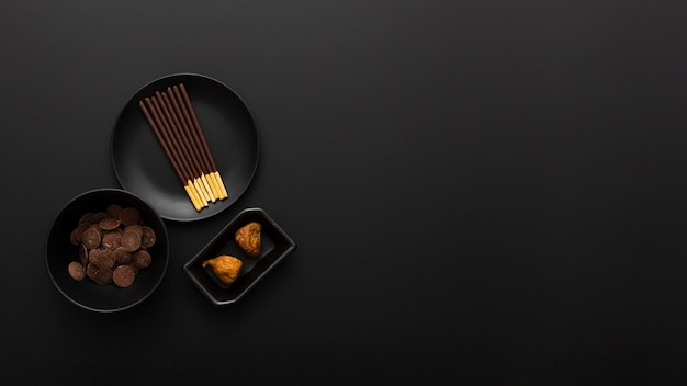 暗い背景にチョコレートスティックプレート 無料写真