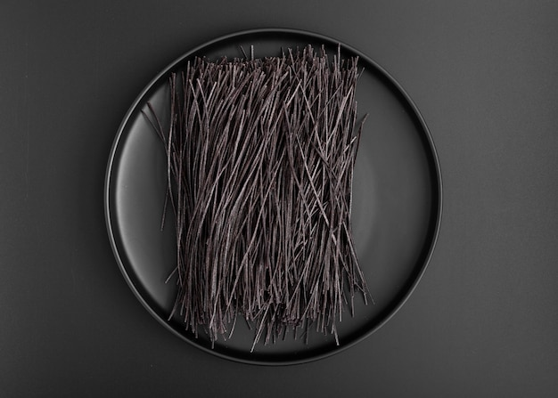 黒いスパゲッティとトップビューミニマリストプレート 無料写真