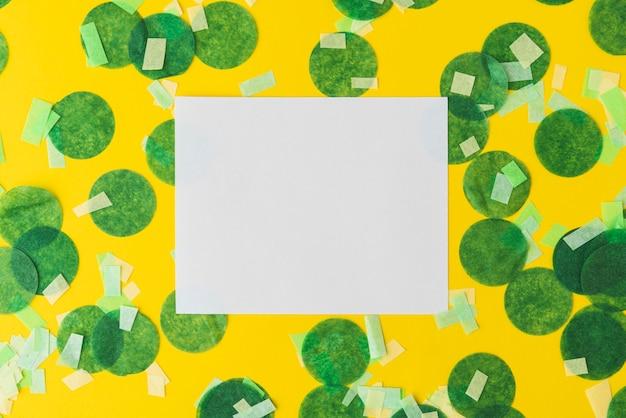 コピースペースと黄色の背景に紙吹雪フレームのトップビュー 無料写真