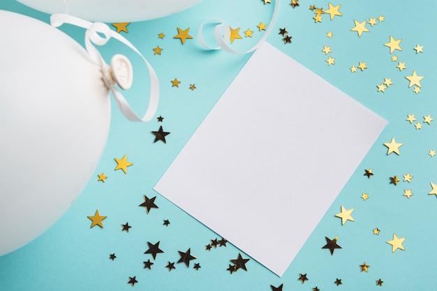 青色の背景に紙吹雪の星を持つフレーム 無料写真