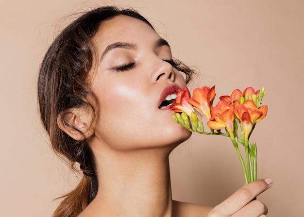 活気のある花を持つかなり若い女性 無料写真