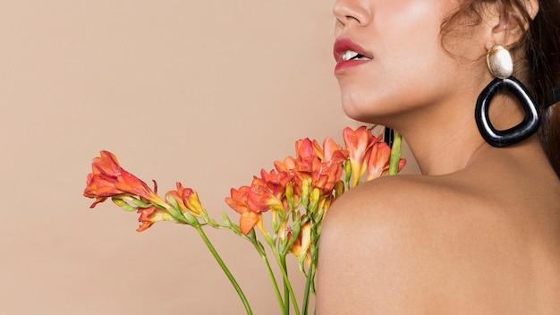 花を持つかなり若い女性 無料写真