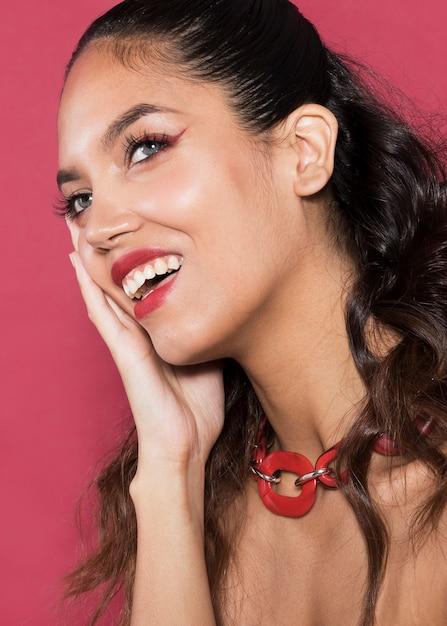 笑顔の若い女性の肖像画 無料写真