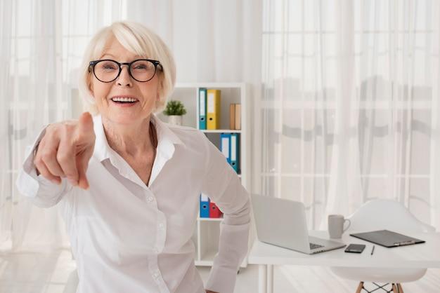 Счастливая старуха на ее офисе Бесплатные Фотографии