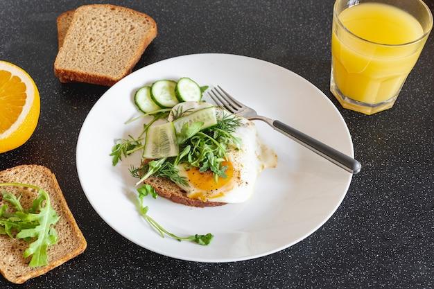 卵焼きとオレンジジュースの白いプレート 無料写真