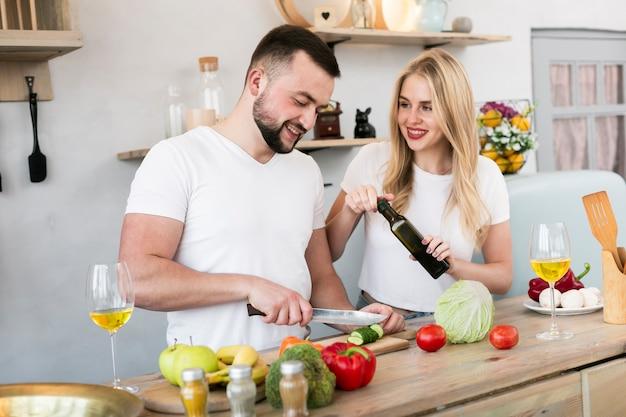 Радостная пара готовит вместе Бесплатные Фотографии