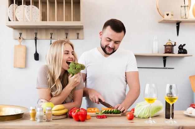 Молодая пара готовит на кухне Бесплатные Фотографии