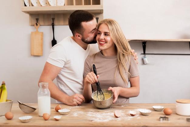 Счастливая пара готовит вместе Бесплатные Фотографии