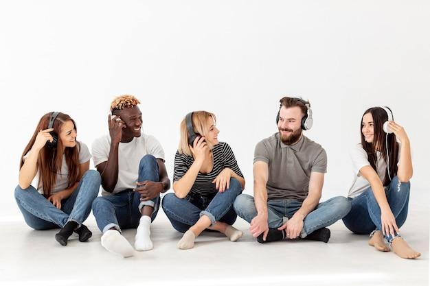 床に座っている友人のコピースペースグループ 無料写真