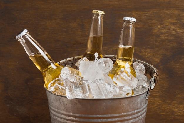 アイスキューブバケツの高角ビール瓶 無料写真