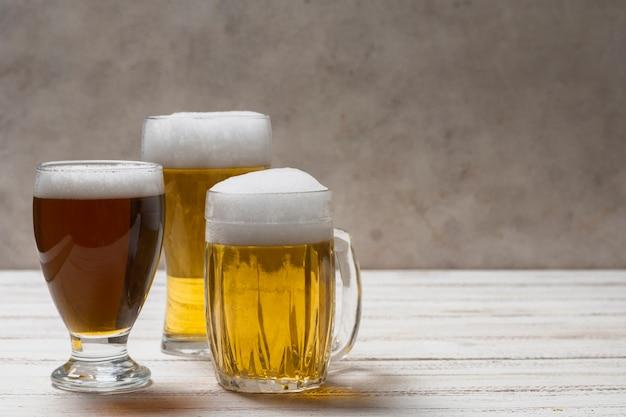 ビールとコピースペースの異なるマグカップ 無料写真
