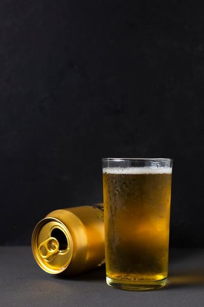 Вид спереди пиво может рядом стакан с пивом Бесплатные Фотографии