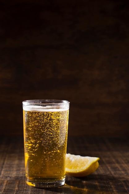 テーブルの上の発泡ビールとコピースペースガラス 無料写真