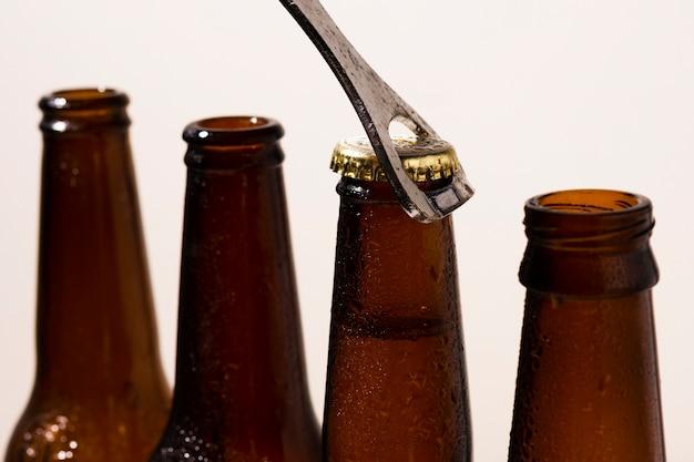 Вид спереди сверху процесса открытия пивных бутылок Бесплатные Фотографии