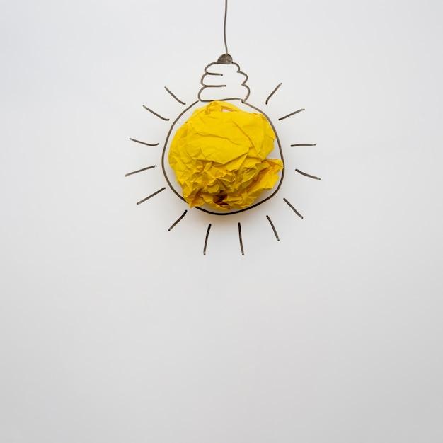 コピースペースを持つシンプルな紙電球 無料写真