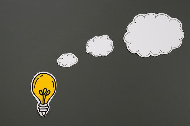 スピーチの泡アイデアコンセプトと黒の背景上の電球 無料写真
