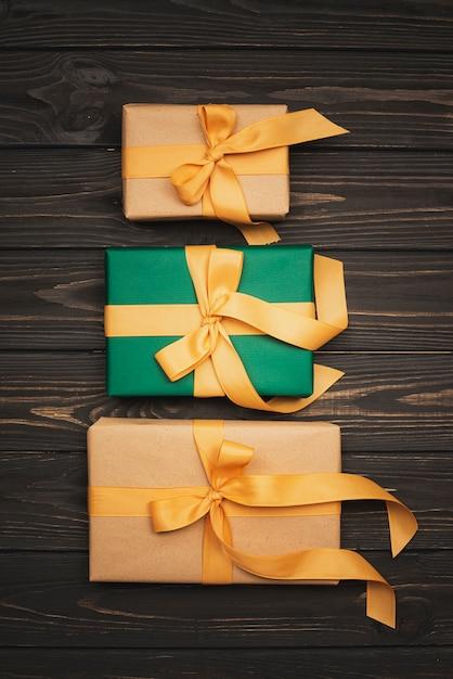 ゴールデンリボンとクリスマスプレゼントのセット 無料写真