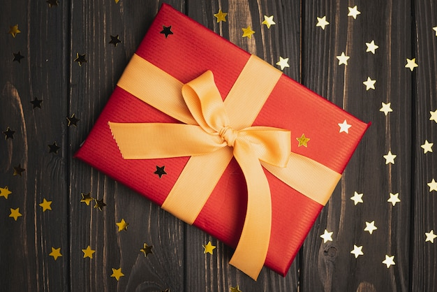 金色の星と木製の背景にクリスマスプレゼント 無料写真