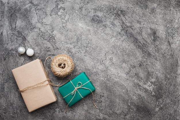 大理石の背景にクリスマスプレゼントのトップビュー 無料写真