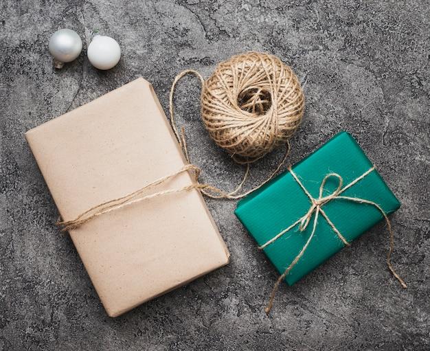 大理石の背景にクリスマスプレゼントのフラットレイアウト 無料写真