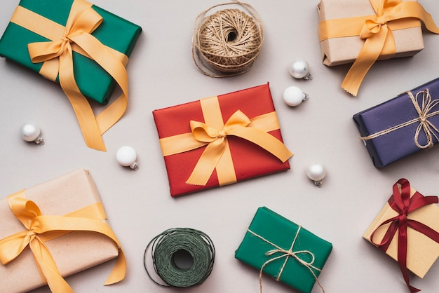 Коллекция рождественских подарков со строкой и глобусы Бесплатные Фотографии