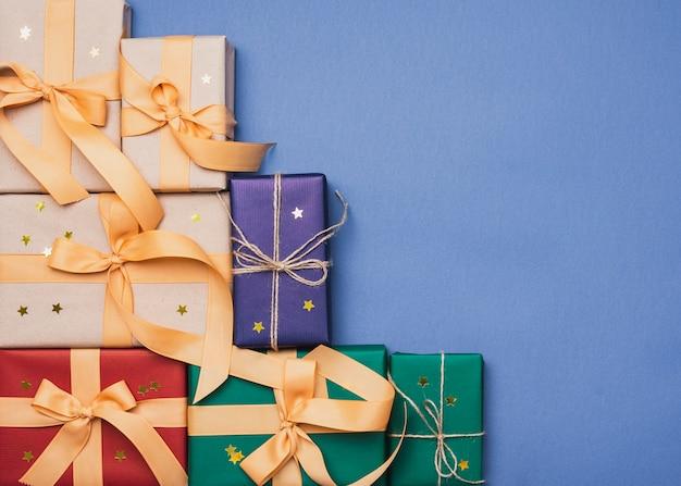 コピースペースと青色の背景とクリスマスのカラフルなボックス 無料写真