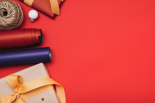 クリスマスプレゼントとクリスマスの包装紙 無料写真