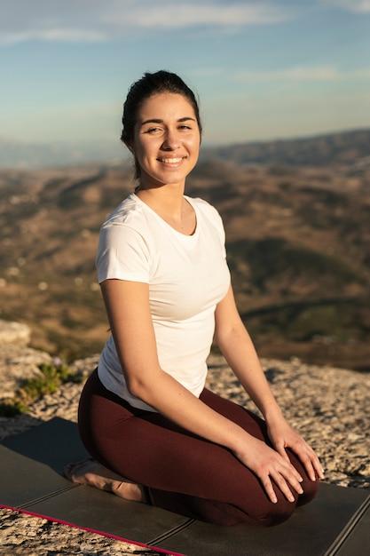 スマイリー若い女性瞑想 無料写真