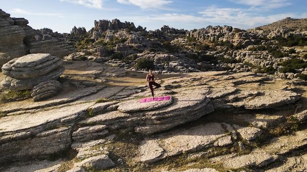 ヨガの練習自然の中心にある女性 無料写真