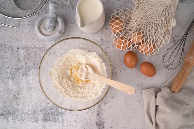 Вид сверху яйцо с мучной смесью Бесплатные Фотографии