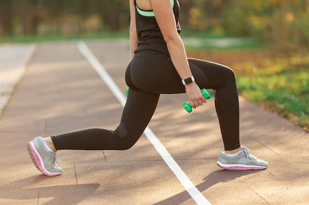 Атлетическое тело делает упражнения фитнес Бесплатные Фотографии
