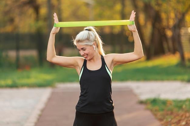 Усмехаясь белокурая женщина делая тренировки фитнеса Бесплатные Фотографии