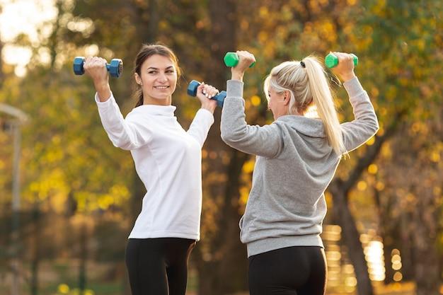 Атлетические женщины делают упражнения фитнес Бесплатные Фотографии