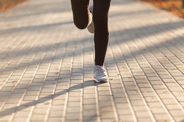 外を走る正面の女性の足 無料写真