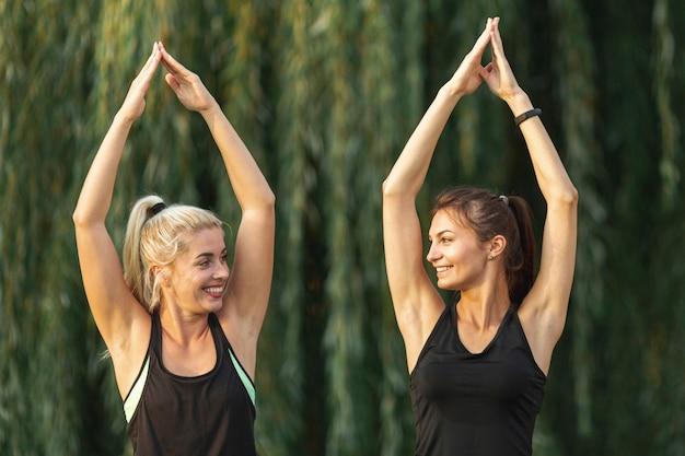 Красивые женщины делают упражнения йоги Бесплатные Фотографии