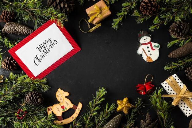 木の枝とカードのモックアップのクリスマス飾り 無料写真